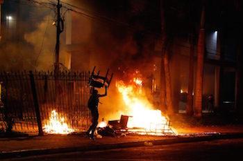 Paraguay'da halk Kongre binasını ateşe verdi